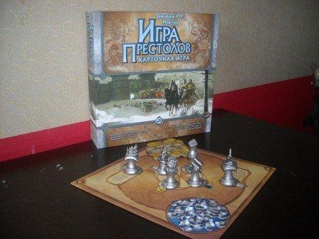 Игровое поле. Фишки власти (синие) легко ложатся на положенной им место, а вот монеты (желтые) так и норовят расползтись по всему столу.