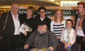 Джордж Мартин в окружении актеров Игры престолов на встрече в Белфасте (осень 2009)