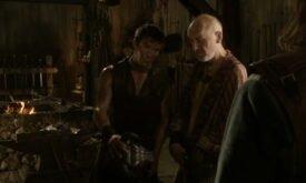 Подмастерье кузнеца Джендри и мастер Мотт общаются с лордом Старком