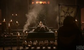 Отпевание Джона Аррена, с Молчаливыми сестрами, несущими семиконечные звезды, и демонстрацией извлеченных внутренних органов покойного в семи сосудах