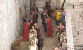 Джоффри, Варис, Тирион и королевские гвардейцы идут по улочкам Королевской гавани