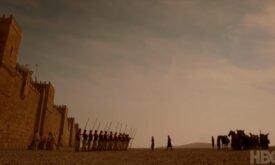Дени и Джорах принимают парад под стенами Кварта