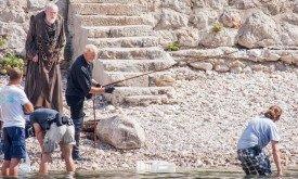Фото со съемок сцены рыбалки Лорда Тайвина и его разговора с мейстером Пицелем