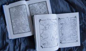 В первом томе карты из Игры престолов, во втором — из Танца с драконами