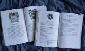 В первом томе приложения из Игра престолов и гербы с сайта Вестерос.орг, а во втором — как и положено.