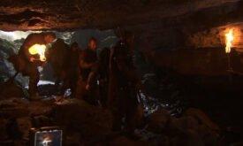 Торос конвоирует пленников (в числе которых Арья) в полый холм