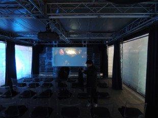 Внутри мини-кинотеатр и… очень холодно