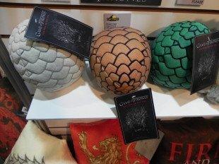 Плюшевые яйца и подушки