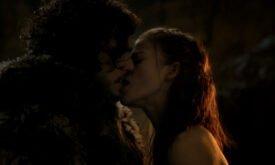 И целуется