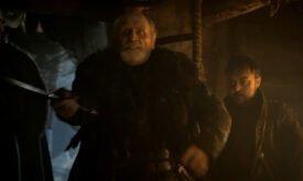 Старый Медведь угрожает мечом