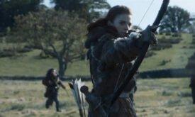 Игритт стреляет из лука, стрелы с серым оперением на месте (нет, стреляет в кого-то другого)