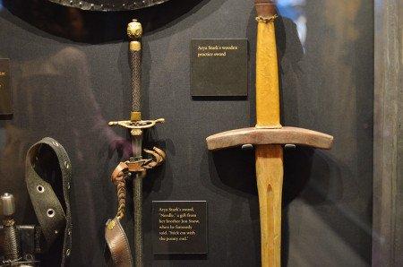 Меч Игла был изготовлен специально под руку Мэйси Уильямс. Правша Мэйси училась фехтованию левой рукой, потому что Арья — левша.