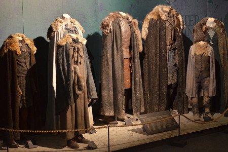 Для Старков Мишель Клэптон выбрала приглушенные оттенки сине-серого и коричневого цветов.