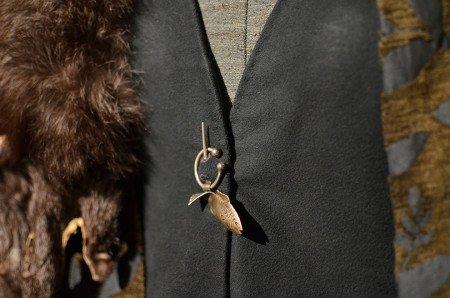 Чтобы показать практичный образ жизни северян, Мишель Клэптон намеренно отказалась от использования ювелирных украшений. Единственное исключение — это брошь Кейтилин в виде форели дома Талли, из которого она происходит.