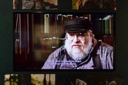 По всей выставке расставлены экраны, с которых Джордж Мартин рассказывает о сериале.