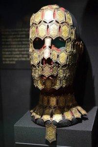 Шестигранник в основе маски Куэйты и ожерелья Мелисандры — неслучайное совпадение, которое, по замыслу Мишель Клэптон, отсылает к асшайскому происхождению обеих героинь.