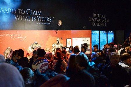 Поклонники Игры престолов — толпа разношерстная и многочисленная. Передвигаться по выставке непросто.