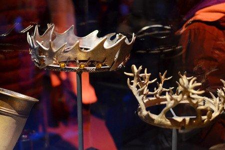В короне и Роберта (слева), и Ренли (справа) используются мотивы фамильного герба Баратеонов — оленьи рога.