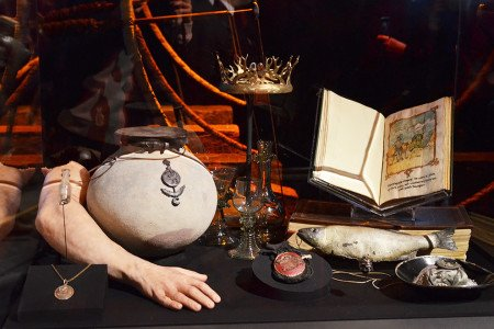 Слева направо: кулон Серсеи Ланнистер; флакон с ядом, взятый Серсеей; рука Верховного септона; горшочек с диким огнем; корона короля Джоффри; посуда; кошель Тириона Ланнистера; бутафорская рыба; мешочек с алмазами; одна из книг Тириона.