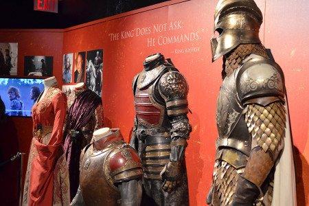 Слева направо: наряд Джоффри, платье Серсеи, броня Тайвина, Тириона и Джейме. Тирион Ланнистер не такой уж и малорослый, как кажется.