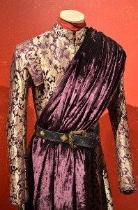 Изготовление костюма начинается с ткацкого станка. Для сериала с нуля создаются даже ткани. Почти все костюмы для сериала были изготовлены в Белфасте (Северная Ирландия).