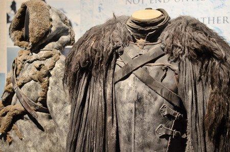 Чтобы одежда одичалых и дозорных выглядела поношенной и так, как будто к ней прилип снег, костюмеры измазали ее воском.