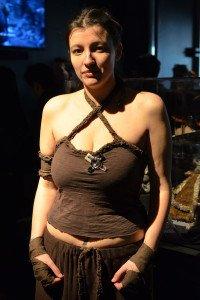 Эта девушка, одетая в дотракийский наряд, была одной из многих косплееров, посетивших выставку.