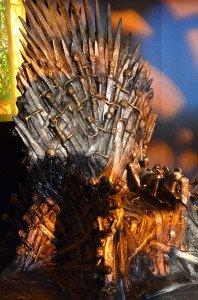 На выставке Железный Трон собирает целую толпу из страждущих посидеть и сфотографироваться.  Это не оригинальный трон, а копия из стекловолокна за 30 тыс. долларов.