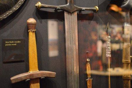 Двуручный меч дома Старк, Лед, ковался три недели вручную методом контурной сварки. Детали на лезвии через стекло видно не очень хорошо.