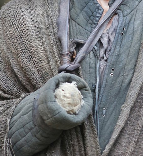 Рука, которой Джейме держит меч