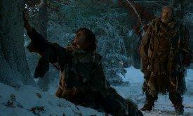 Ходор и Бран перед чардревом. Бран сначала касается коры (видимо, лика), а затем закрывает глаза и валится вперед. Ходор встревожен, но хорошо скрывает это.