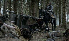 Арья и Пес инспектируют места сражений