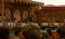 Кстати, между Серсеей и Тирионом сидит Томмен.