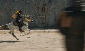 И точно так же, как герой Кроу, будет пешим сражаться против конного