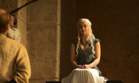 но это выражение мы уже где-то видели… В прошлом сезоне Дейнерис с той же ухмылкой прогнала юнкайского вельможу, забрав у него дары.