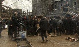 Герой Севера гордо шествует по двору Черного замка