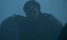 А здесь Санса сбрасывает капюшон, попав в место назначения