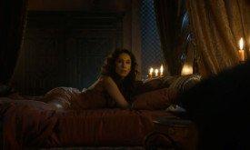 Шая в постели. Вряд ли это сцена из концовки сезона — уж больно она спокойна. Впрочем, создатели сериала в любом случае линию Шаи обещали перекроить очень сильно.