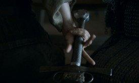 Арья пытается незаметно ухватиться за меч