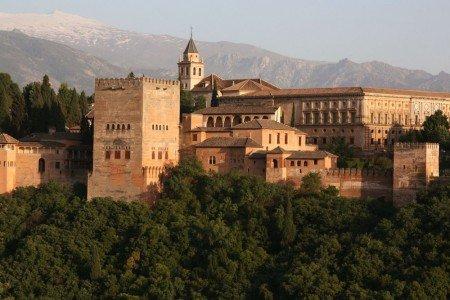 Крепость Альгамбра — пример арабской архитектуры в Андалусии, которая, возможно, послужит декорациями для Дорна.