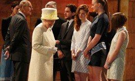 Юные актрисы по стойке смирно перед королевой