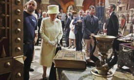 Королева рассматривает реквизит