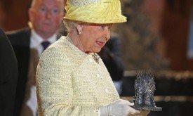 Королева отказалась сесть на большой трон, но приняла миниатюру