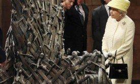 Королева смотрит на трон