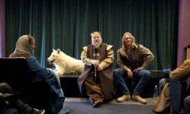 Джордж Мартин и директор Wild Spirit Wolf Sanctuary внутри кинотеатра Жан Кокто, принадлежащего Мартину