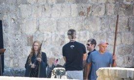 Лена Хиди разговаривает с Дэвидом Беньоффом (спиной) и Дэном Вайсом (справа в очках)