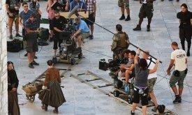 В сцене Арья катит тележку по площади в Браавосе