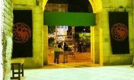 В Сплите. Входы украшены стягами с драконом Таргариенов