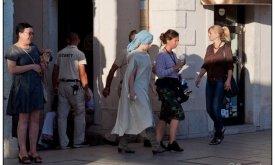 В Сплите. Эмилия Кларк (Дени) прячет волосы и одежду.