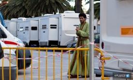В Сплите.  Джоэл Фрай (Хиздар) неуверенно выглядывает из-за фургона